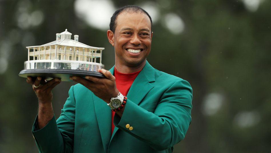 So sehen Sieger aus - Tiger Woods feiert seinen Triumph im Grünen Jackett