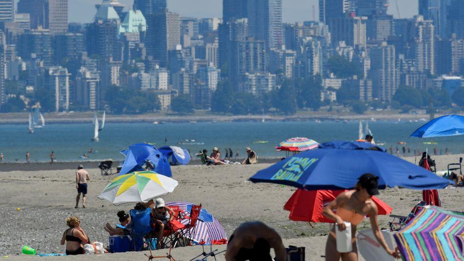 Strandbesucher in Vancouver: Gerade für ältere Menschen ist die Hitze riskant