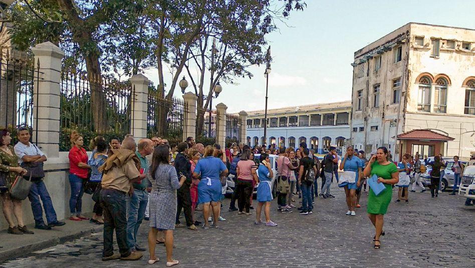 Nach dem Erdbeben haben sich Menschen auf den Straßen von Kubas Hauptstadt Havanna versammelt