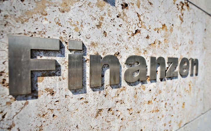 Schriftzug am Bundesfinanzministerium: Schwarze Null in Gefahr?