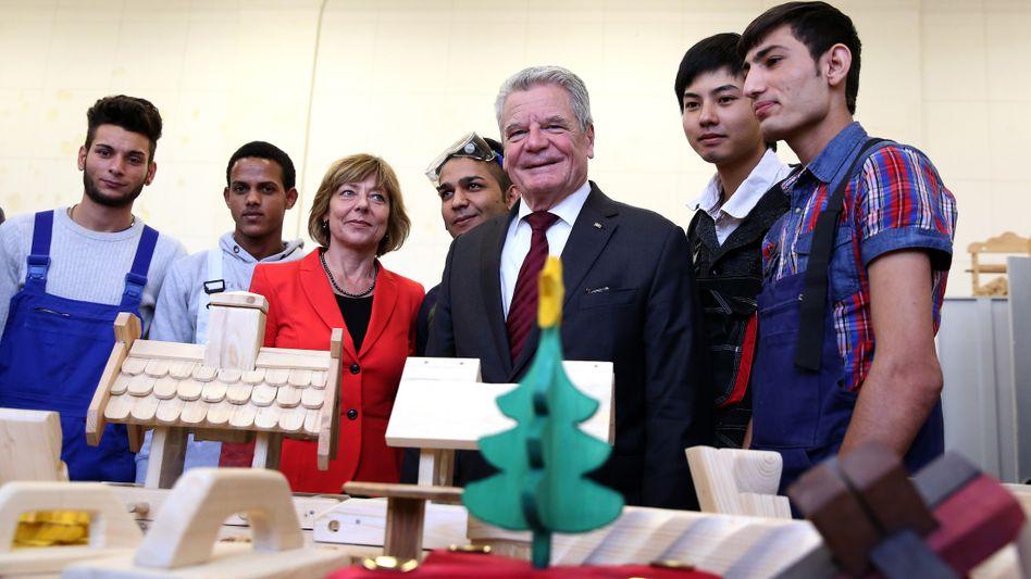Präsidenten-Paar mit Flüchtlingen: Gauck lobt ermutigende Beispiele