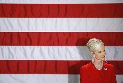 Cindy McCain, Ehefrau des Präsidentschaftskandidaten John McCain: Für sexuelle Aufklärung an Schulen und Abtreibung