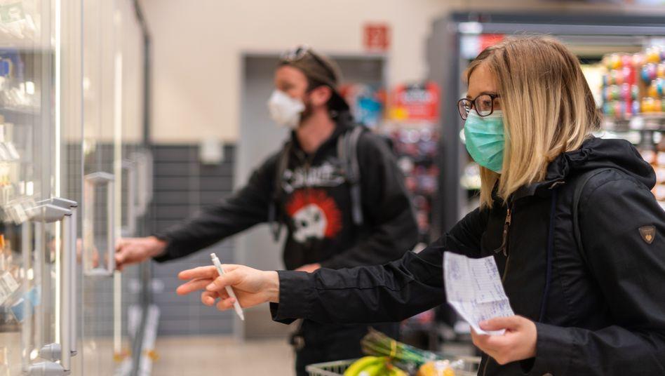 Kunden in einem Supermarkt in Dresden (Archiv): Stärker steigende Preise bei neuen Einschränkungen?