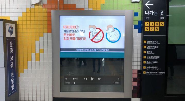 Ein Video in einer U-Bahn-Haltestelle in Seoul ermahnt zum Händewaschen