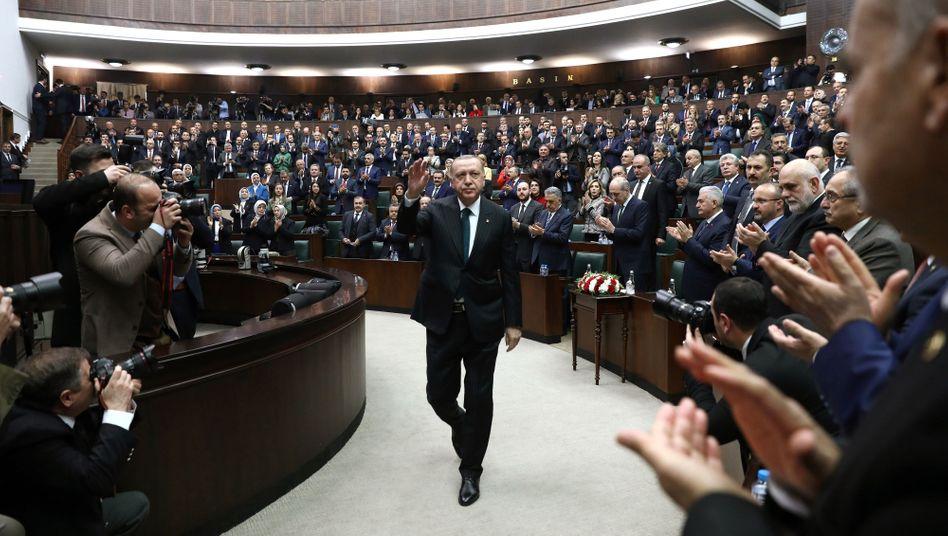 Besuch bei EU und Nato: Was Erdogan im Flüchtlingsstreit erreichen will - und kann