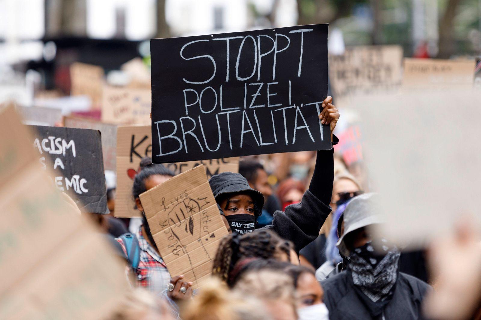 Teilnehmer der Anti-Rassismus-Demonstration von Black Lives Matter und Migrantifa auf dem Neumarkt. Köln, 07.06.2020 **
