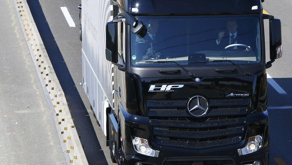 Daimler-Test bei Stuttgart: Dieser Lkw rollt allein über die Autobahn