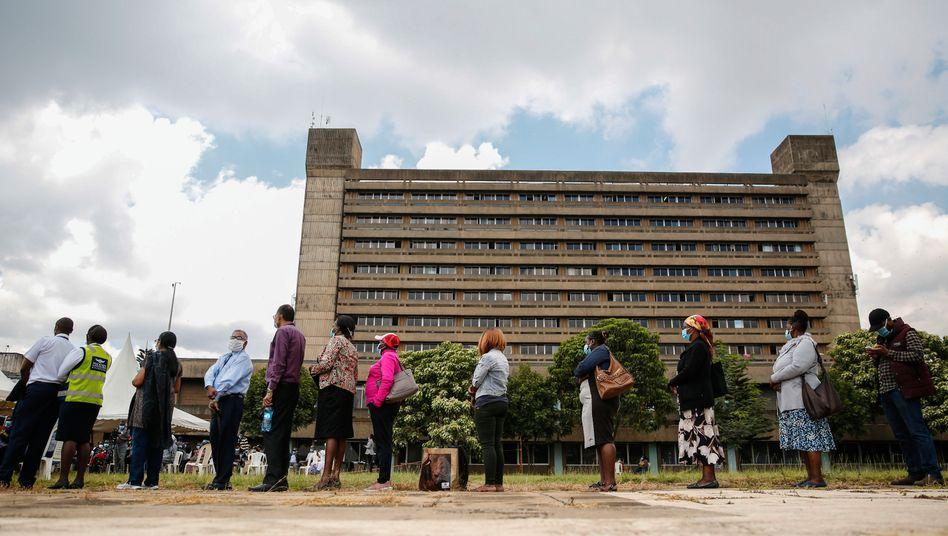 Menschen warten vor einer Corona-Impfstation in Kenias Hauptstadt Nairobi