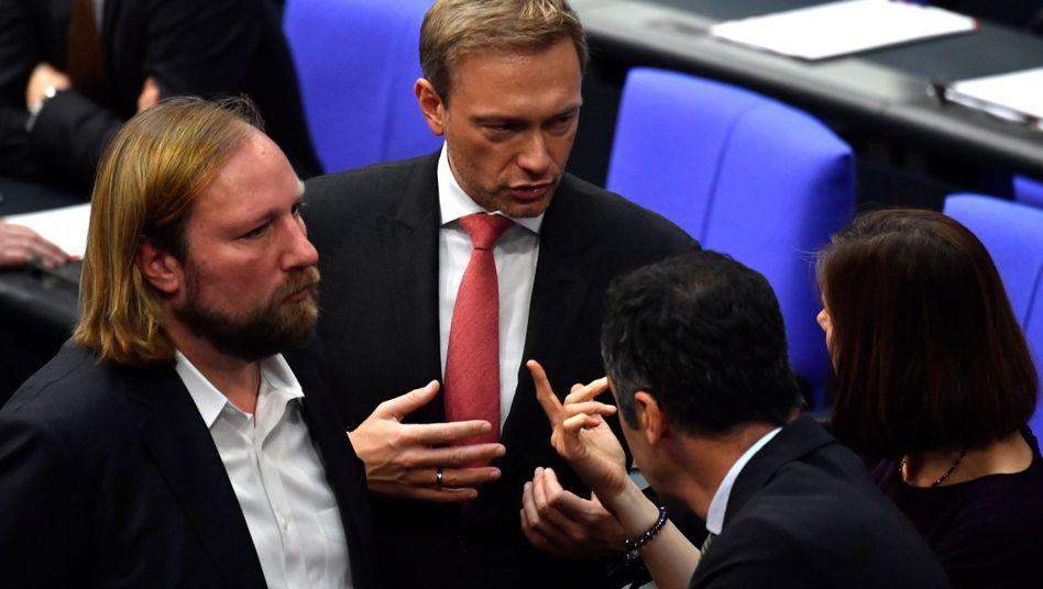 FDP-Chef Lindner im Gespräch mit Grünen-Politikern Göring-Eckardt, Özdemir, Hofreiter