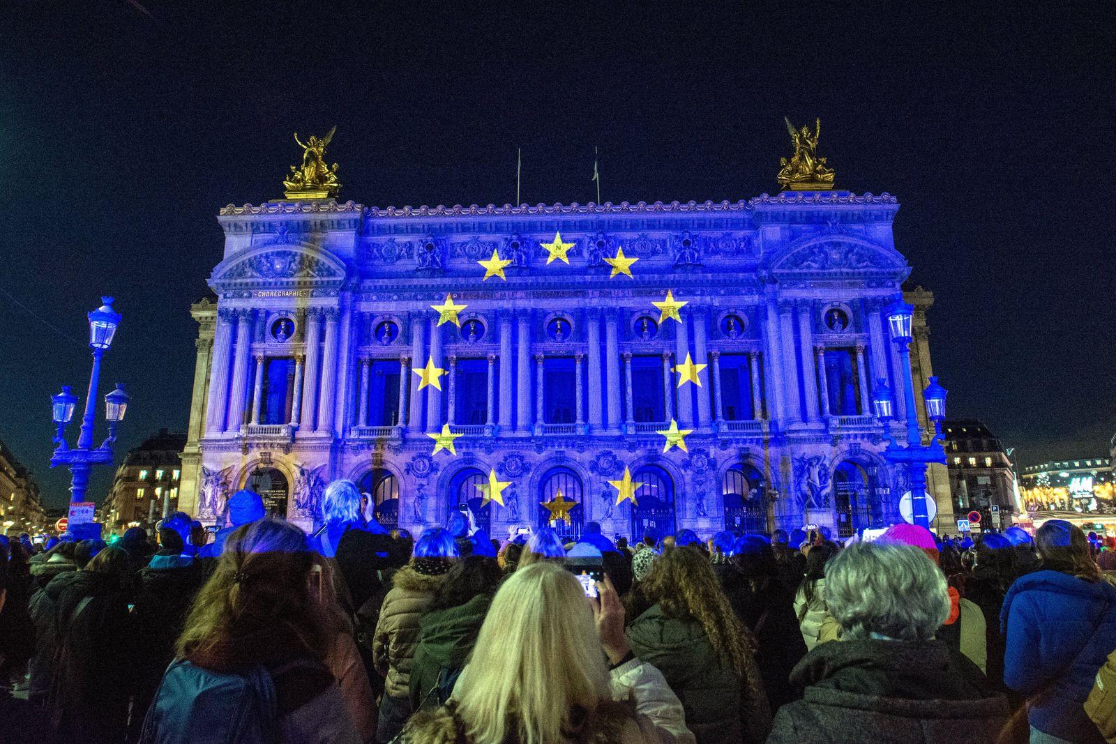 aris France 15 Decembre 2020. Projection sur la facade de l opera Garnier pour celebrer les six mois de presidence du c