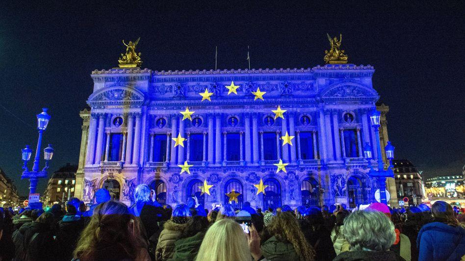 EU-Fans vor der Opéra Garnier in Paris 2020:Ein Gigant, der das Leben auf Erden gestaltet