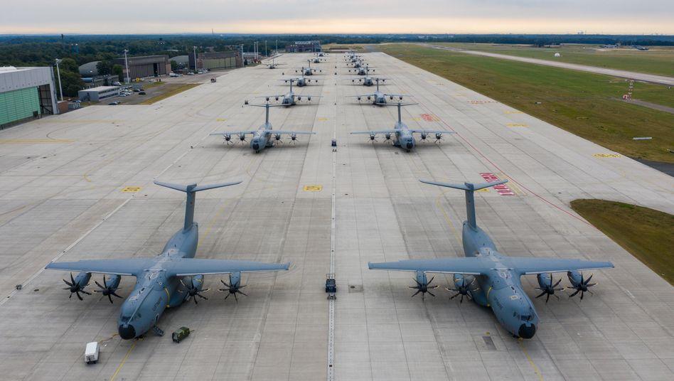 Airbus A400M-Transportflugzeuge der Bundeswehr (Archivbild): Der Betriebsrat will gegen die geplanten Kündigungen vorgehen