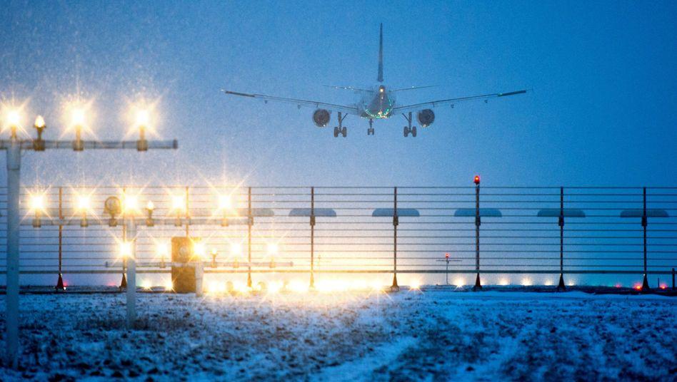 Landendes Flugzeug: Klare Regeln für Verspätungen und Ausfälle