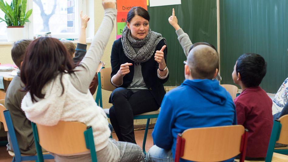 Lehrerin vor Schulklasse (Archivbild)
