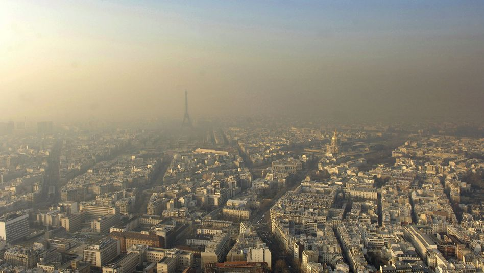 Germany would like to see other EU countries pledge to significantly higher CO2 emissions reductions targets. Here, smog over Paris.