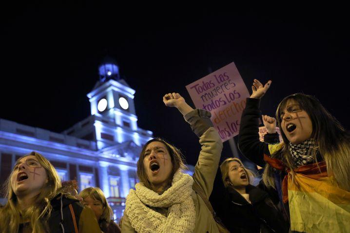 """""""Die Bewegungen nähren sich gegenseitig"""": Feministischer Anti-Vox-Protest in Madrid"""