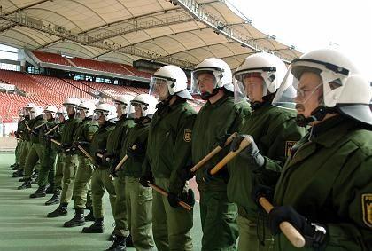 """Polizisten (bei einer Übung im Stuttgarter Gottlieb-Daimler-Stadion: """"Nur ein Freundschaftsband pro Polizist"""""""