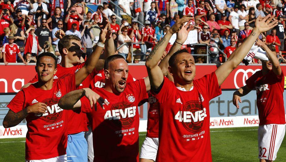 Bayern-Profis Rafinha (r), Franck Ribéry (M), Thiago