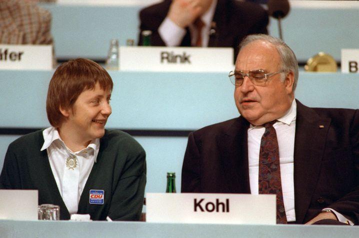 Die damalige Frauenministerin Angela Merkel während des Parteitags der CDU am 16. Dezember 1991 im Kulturpalast in Dresden neben Kohl