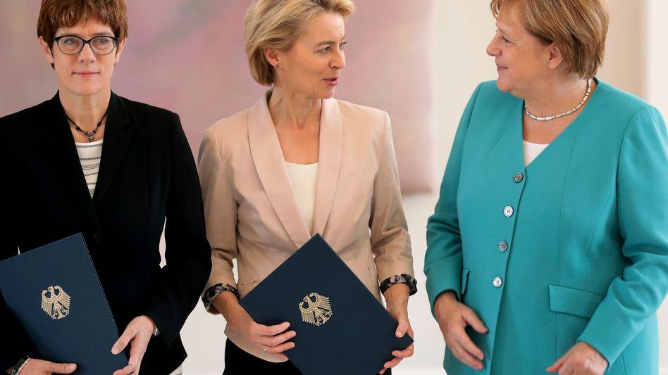 Wechsel im Verteidigungsministerium: Annegret Kramp-Karrenbauer überraschte mit ihrem Schritt, das Amt von Ursula von der Leyen zu übernehmen. Angela Merkel wollte einen größeren Kabinettsumbau verhindern