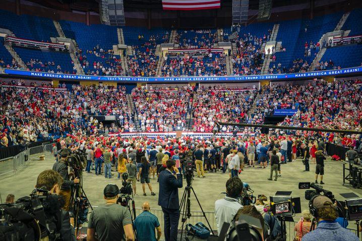 Wahlkampf-Flop in Tulsa: die 6000 Unterstützer platzierte man hinter Trump, um das 19.000-Zuschauer-Stadium voll aussehen zu lassen