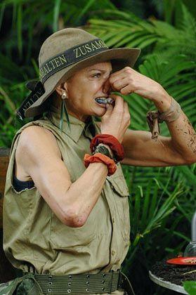 Im Dschungelcamp: Barbara Herzsprung beim Verzehr eines rohen Känguru-Hodens. Auch wir haben vergessen, dass man Menschen nicht bei jedem Mist beobachten sollte. Vollüberwachung ist Entertainment