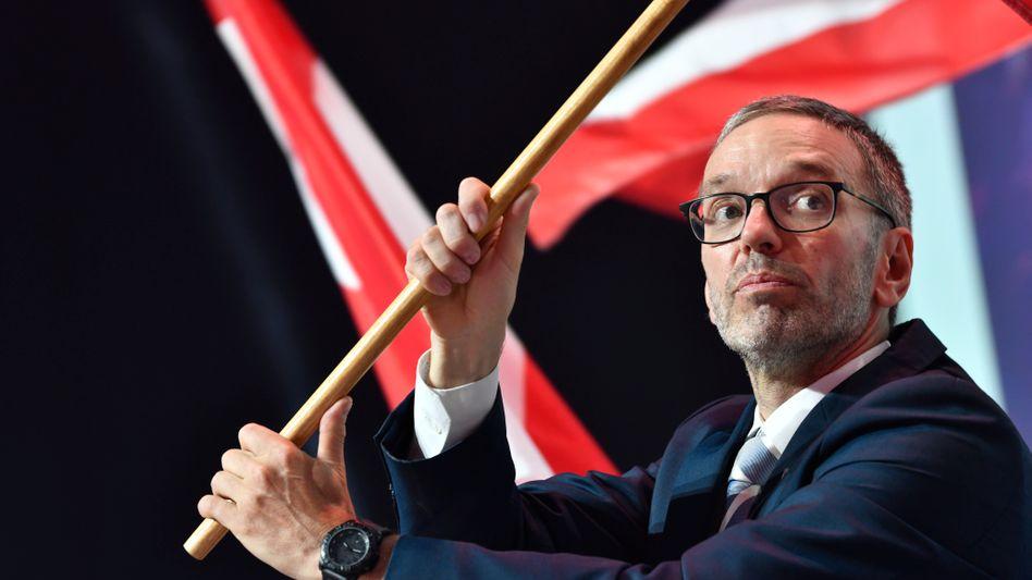 FPÖ-Chef Kickl schwenkt die Fahne Österreichs: »Einfache Leute sind einfach, aber sie sind nicht dumm«