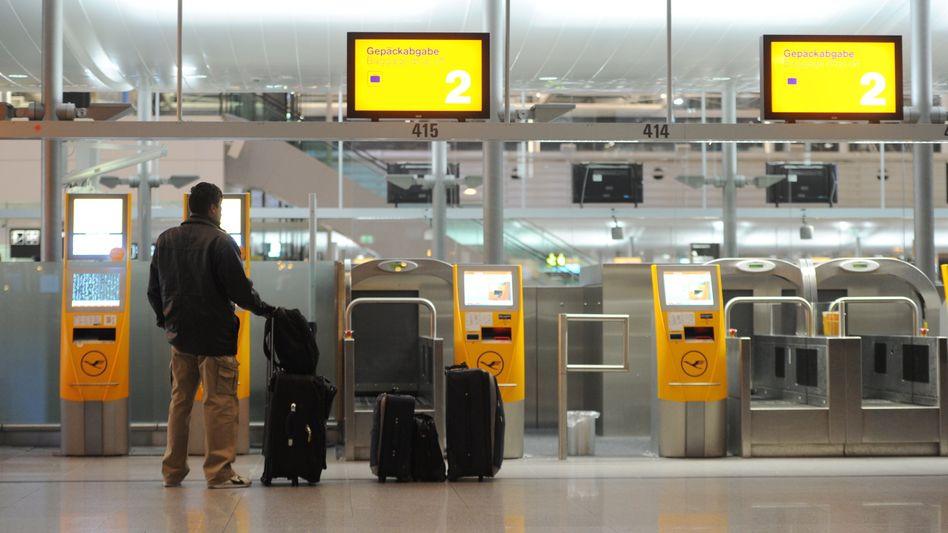 Passagier am Check-in: Bundesweit sind massive Störungen zu erwarten