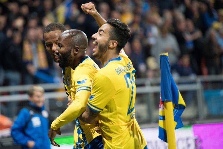 Braunschweigs Louis Samson (l-r), Domi Kumbela und Salim Khelifi freuen sich über das 3:0