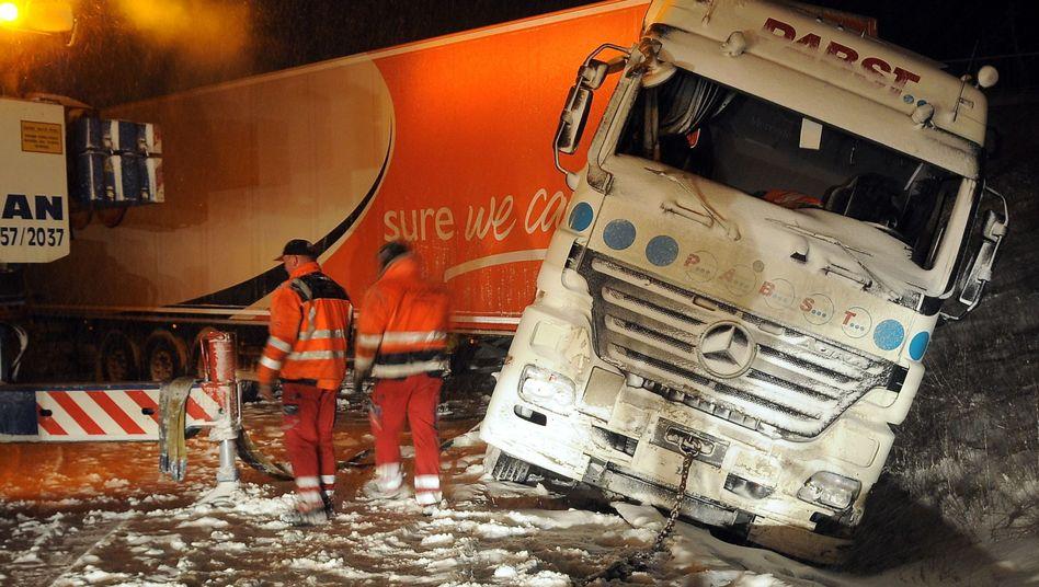 Lkw-Unfall in Hessen: Verkehrspolitiker fordern Winterreifen- und Kettenpflicht