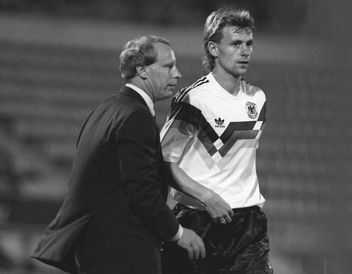 Berti Vogts wechselt in seinem ersten Spiel als Chefcoach den Nichtweltmeister Manfred Binz ein