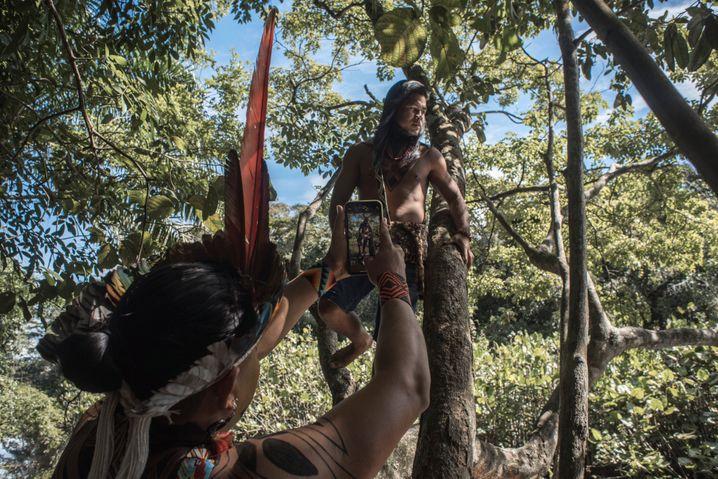 Tukuma Pataxó fotografiert seinen Freund Janaron Pataxó für Instagram