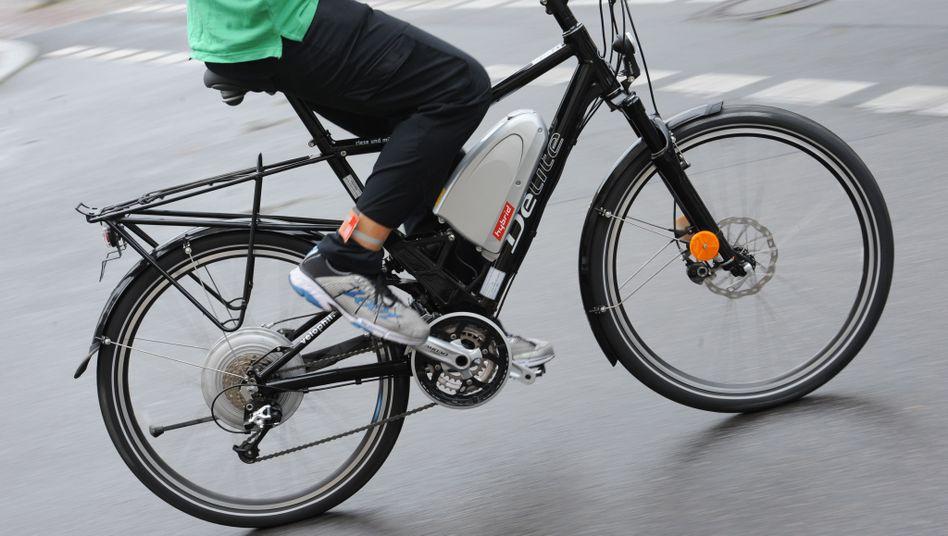 """Fahrradfahrer auf einem Pedelec: """"Fühlt sich schon sehr anders an"""""""