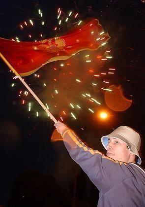 Feuerwerk und Flagge: Montenegro begrüßt seine Unabhängigkeit