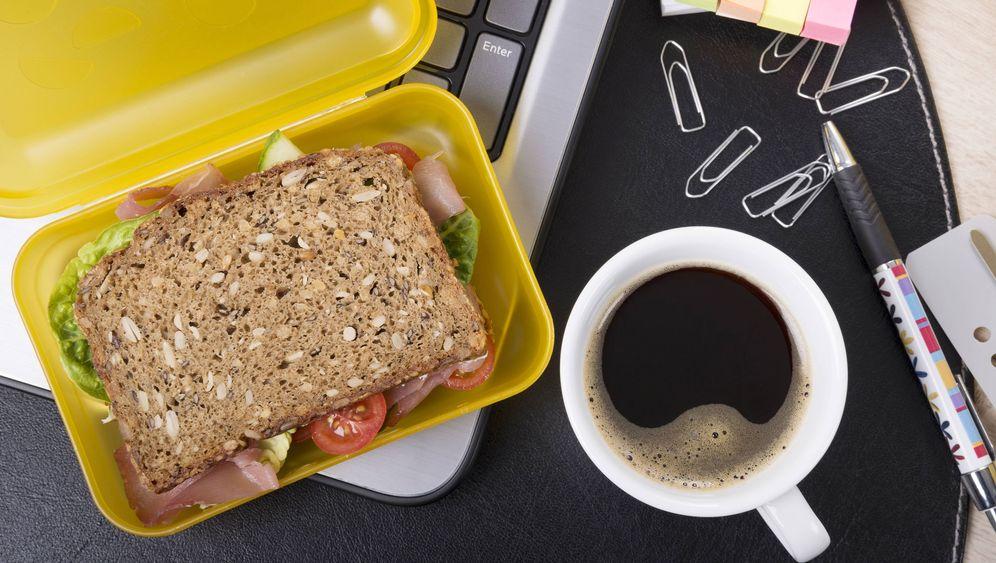 Kollegen und ihr Frühstück: Yogitee, Edelpralinen oder Möhrenschnitze