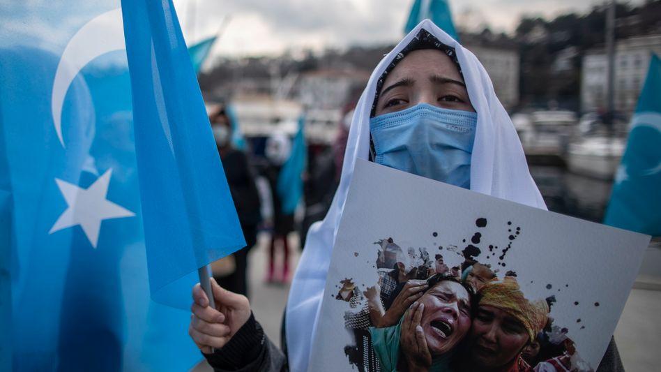 Uigurin bei Protest vor dem chinesischen Konsulat in Istanbul
