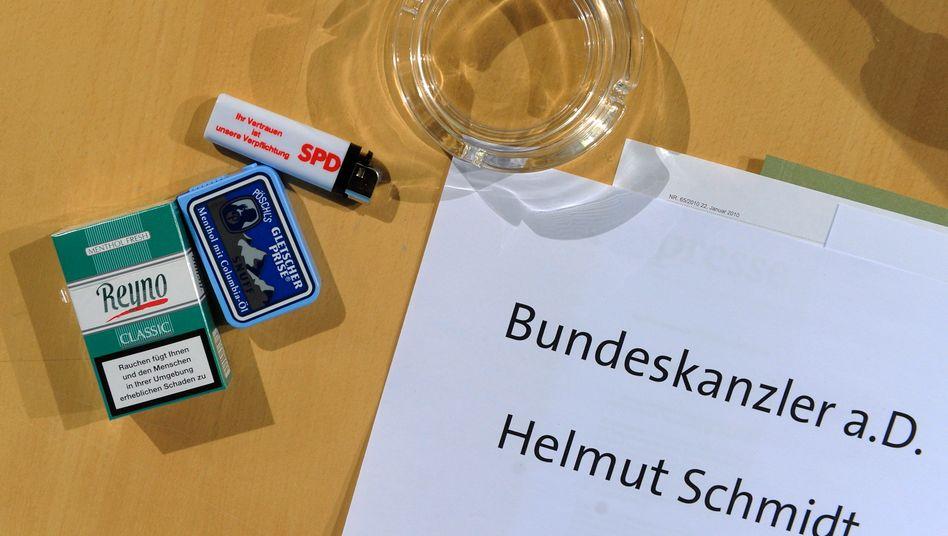 Mentholzigaretten für Altbundeskanzler Helmut Schmidt, der im Januar 2010 an einer Sitzung des SPD-Parteivorstandes in Berlin teilnahm