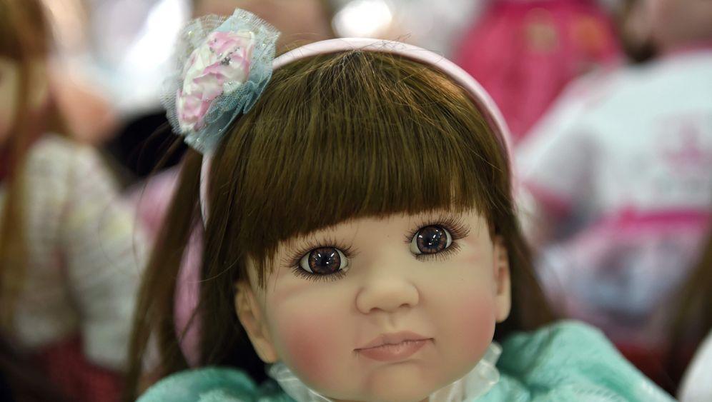 """Kinderengel"" aus Plastik: Thailands Luuk-Thep-Puppen"