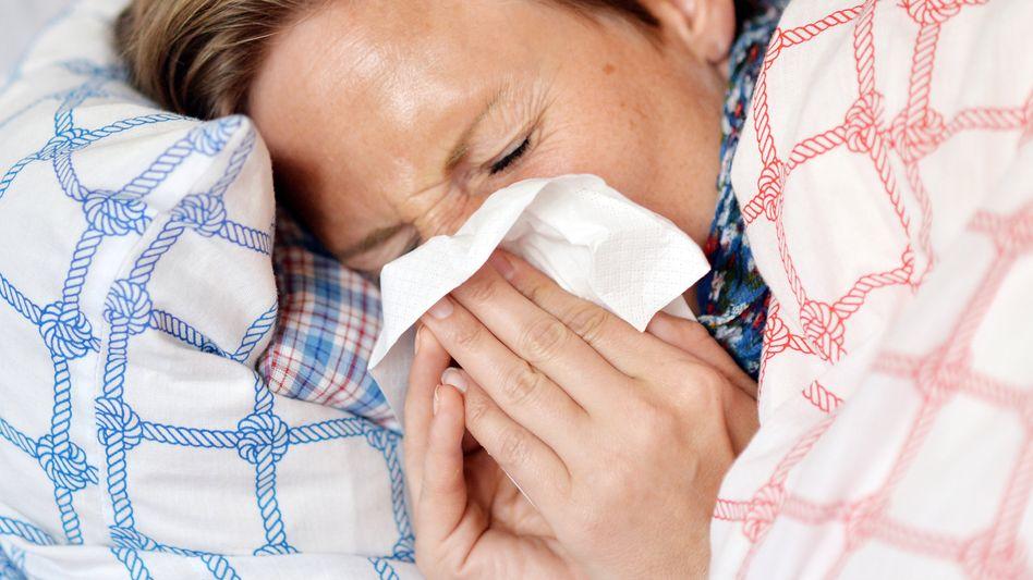 Krank im Bett (Symbolbild): Arbeitgeber müssen mehr Geld zur Lohnfortzahlung einplanen