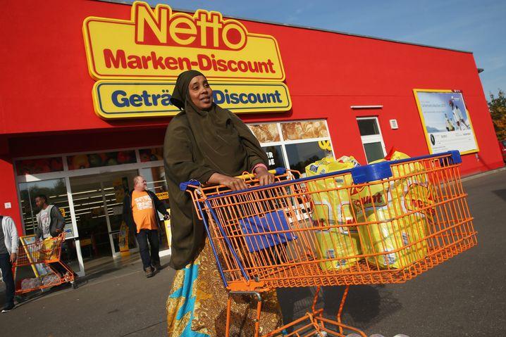 Flüchtling aus Somalia beim Einkauf in Letschin (Brandenburg)