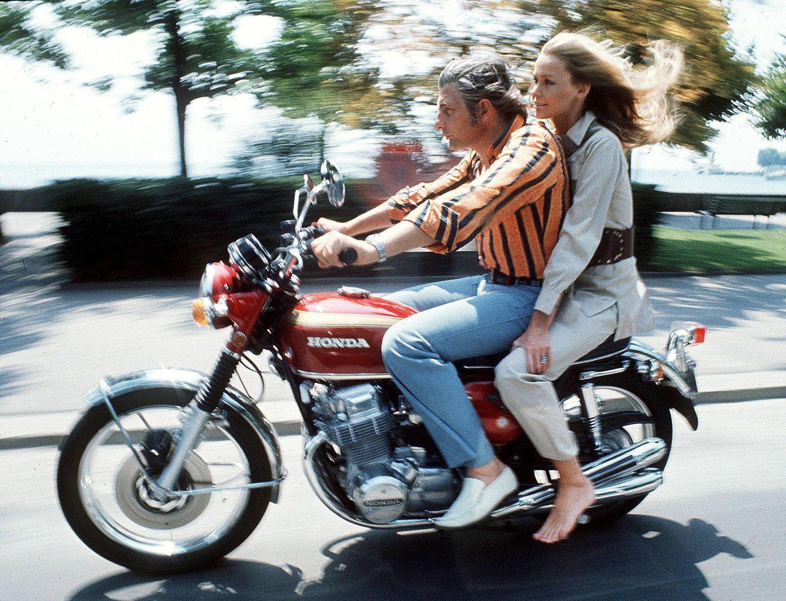 Gunter Sachs GER und Ehefrau Mirja SWE unterwegs auf dem Motorrad