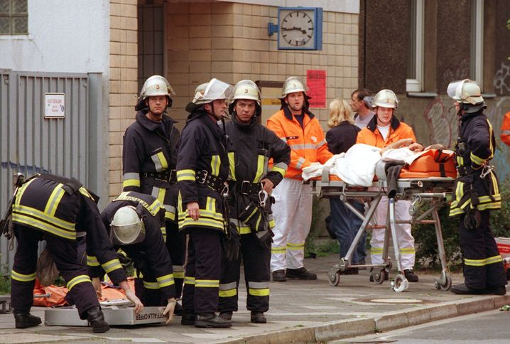 Einsatzkräfte am 27. Juli 2000 in Düsseldorf-Wehrhahn