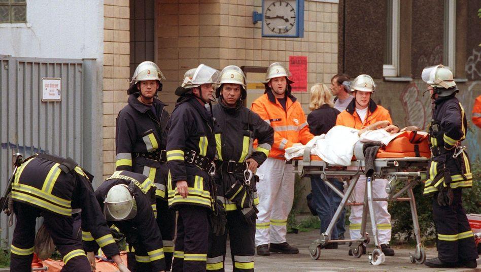 Rettungskräfte nach Anschlag in Düsseldorf (2000)