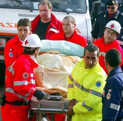 Italien: Sanitäter tragen einen Verletzten vom Unglücksort