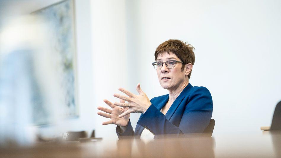CDU-Chefin Kramp-Karrenbauer: Appell an SPD, Grüne, FDP und Linke