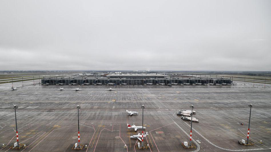 Rollfeld vor dem Terminal des Berliner Hauptstadtflughafens