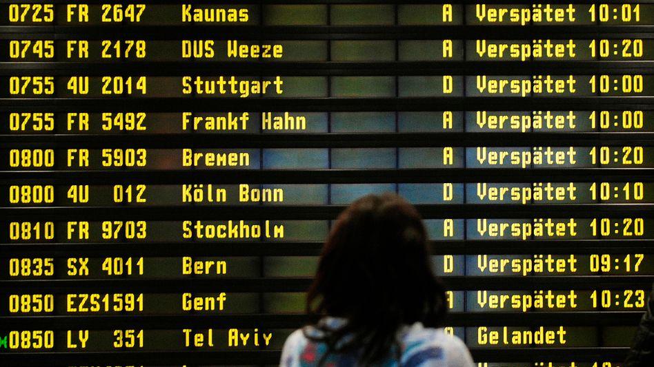 Anzeigetafel auf Flughafen: Künftig erst nach fünf Stunden Kompensation