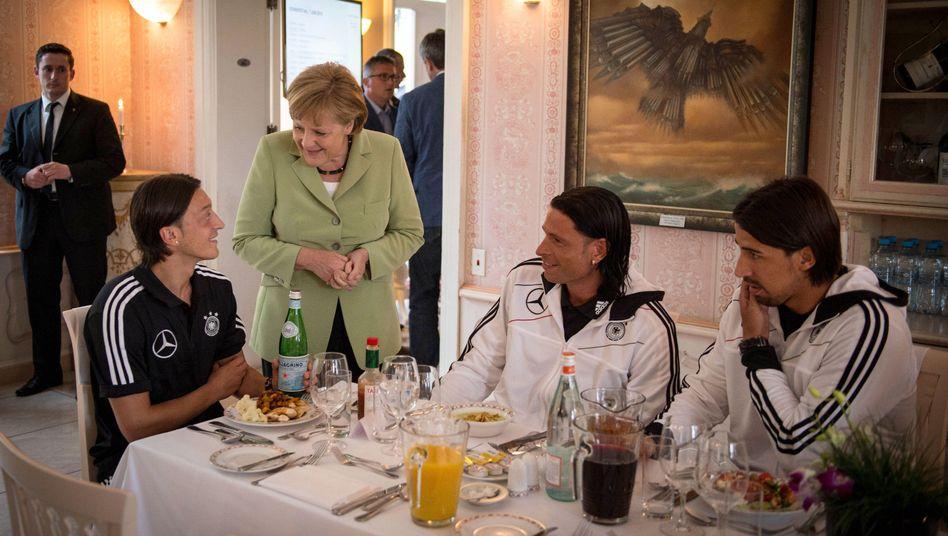 Özil, Merkel, Wiese und Khedira im EM-Quartier 2012