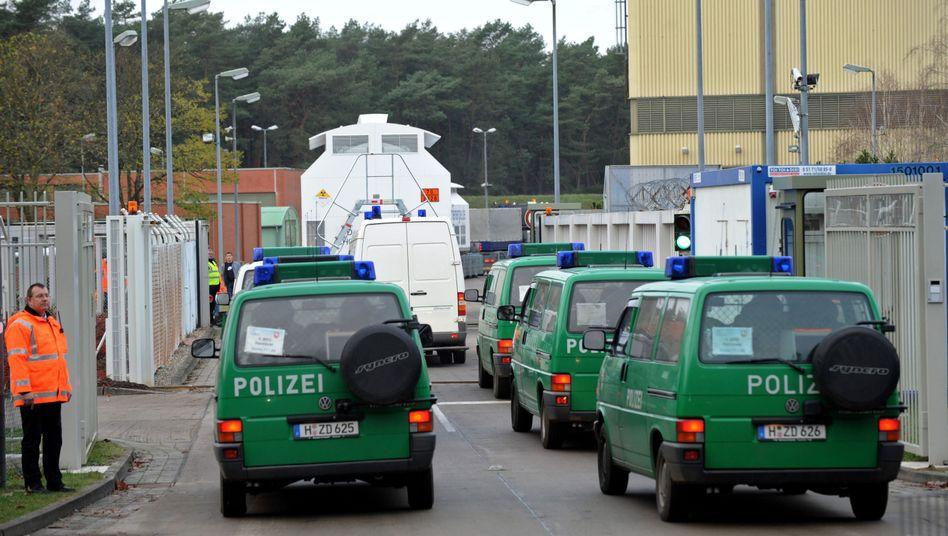 Castor-Behälter am Zwischenlager Gorleben: Umstrittener Polizeieinsatz