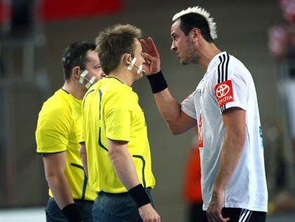Schiedsrichter Gjeding (l.) und Hansen bei WM 2009 mit Nationalspieler Hens: Angebot abgelehnt